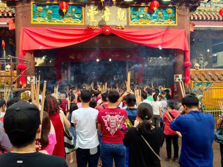 Betende vor einem Tempel in Chinatown Singapur zum Chinese New Year