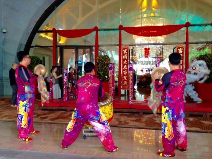 Lionsdancer zum Chinese New Year mit Musikern