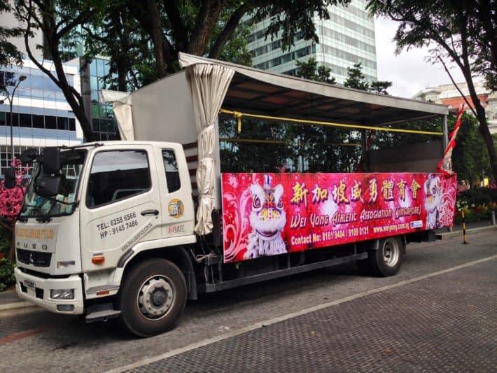 LKW von Löewntänzern zum Chinese New Year