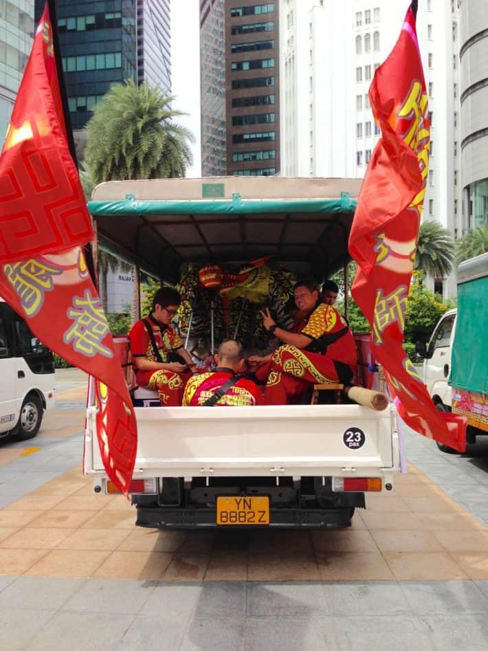 Liondancer auf dem Weg zum nächsten Gig zum Chinese New Year