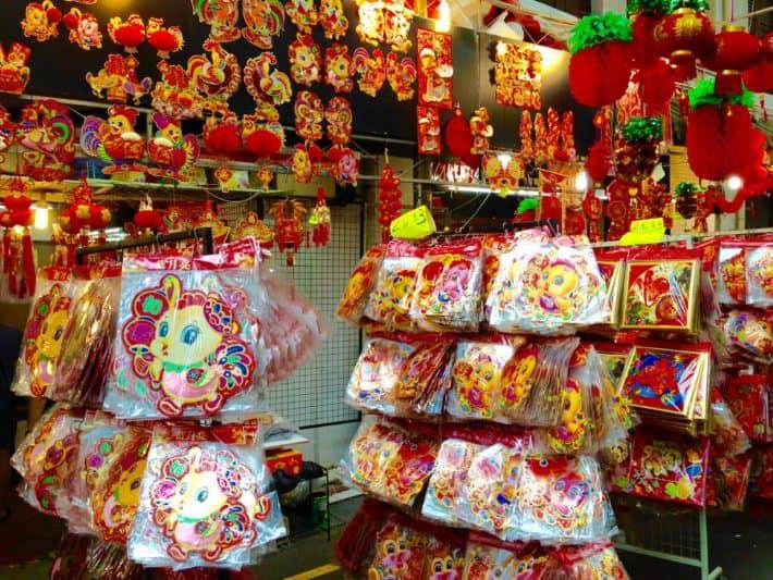 Glücksbringer zum Chinese New Year, rot, gold, Hahn, Küken