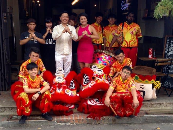 Familienfoto mit Löwentänzern und Musikern zum Chinese New Year in Melaka