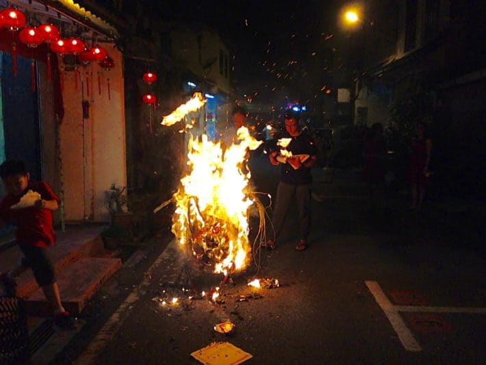 Oferfeuer, Feuer, Chinese New Year, Melaka, Feuerstelle auf der Straße