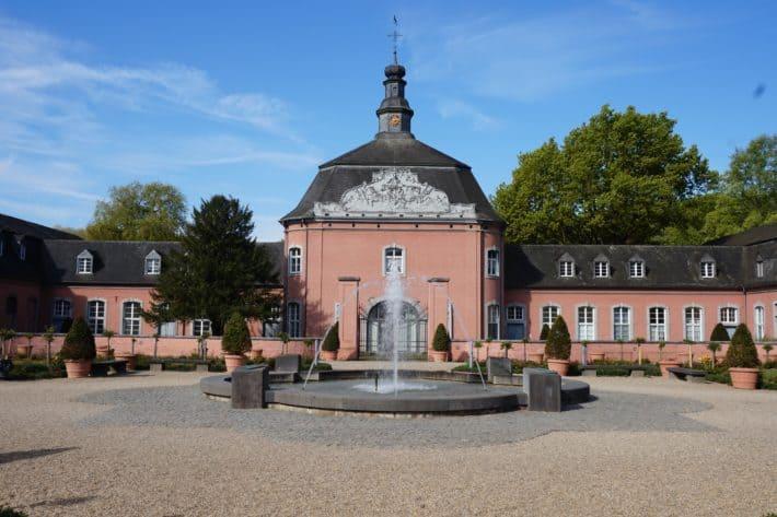 Schloss Wickrath in Mönchengladbach, rosa, Barockschloss