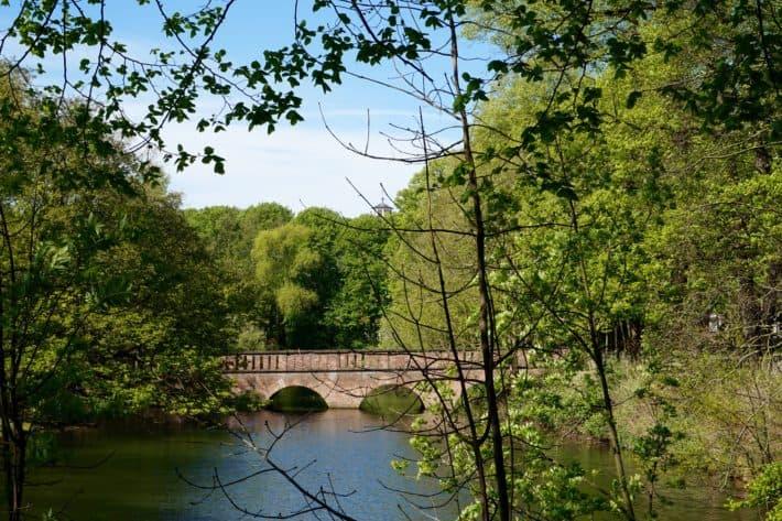 Brücke zum Schlß Wickrath hin, Mönchengladbach, Brücke, Wasser, blauer Himmel, Kirchturmspitze