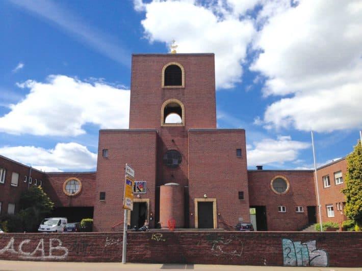 Deutschlands erste Kletterkirche, St. Peter, in Mönchengladbach, Außenaufnahme