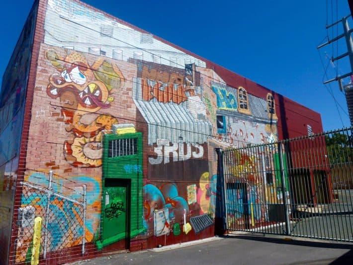 Streetart Perth, Hauswand, bunt, blauer Himmel