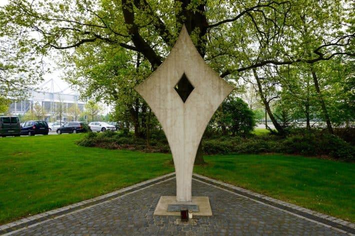 Fohlenelf, Gedenkstein an die gefallenen Borussen im 1. und 2. Weltkrieg. Steht nun vor dem Borussipark in Mönchengladbach