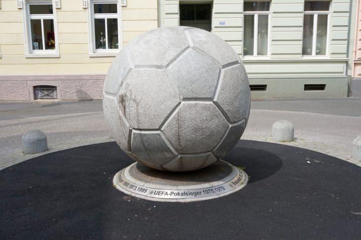 Fohlenelf, Fußball aus Granit, in Fussgängerzone in Eicken zu sehen.