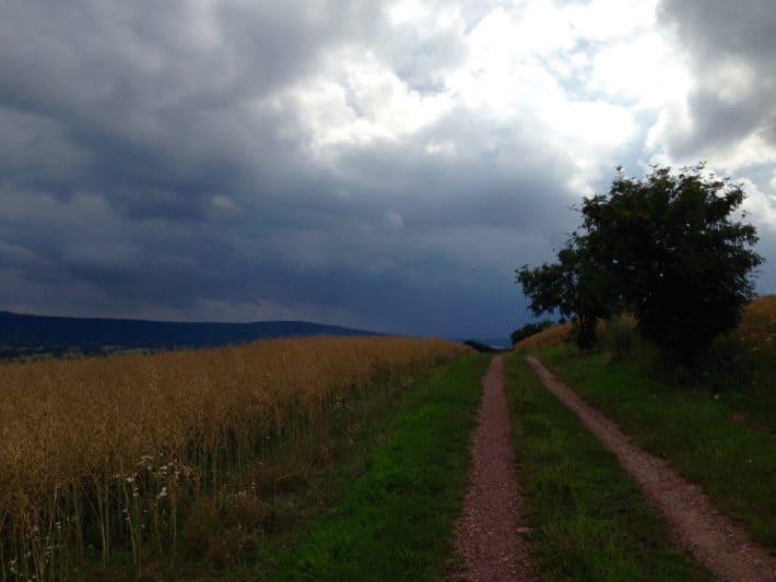 Pummpälzweg, schwarze Regenwolken, Wanderweg