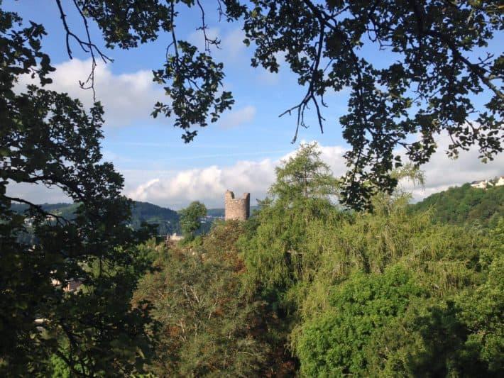 Auf dem Hildegard von Bingen Pilgerwanderweg, Blick auf die Blick auf die Burgruine Bosselstein