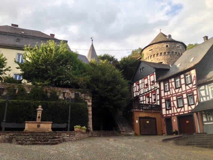 Hildegard von Bingen Pilgerwanderweg, Altstadt Herrstein, Fachwerkhäuser, Brunnen
