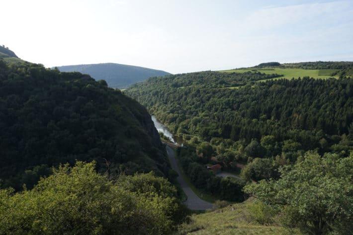 Lanschaftsaufnahme auf der 6. Etappe vom Hildegard von Bingen Pilgerwanderweg, Weinberge, Wälder, Berge, Himmel, Natur
