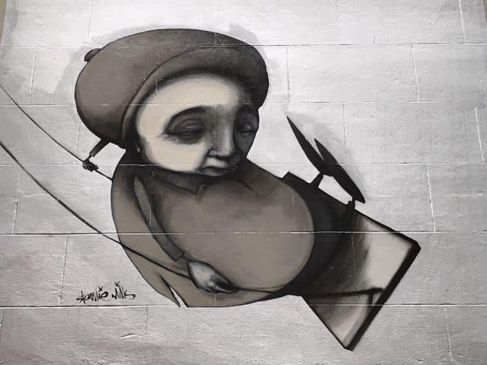 Streetart Australien Tasmanien Hobart Junge auf einer Schaukel schwarz weiß