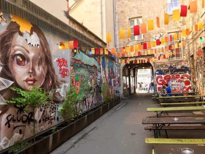 Blick in den Innenhof, Graffiti, Streetart, Sprayart, bunt