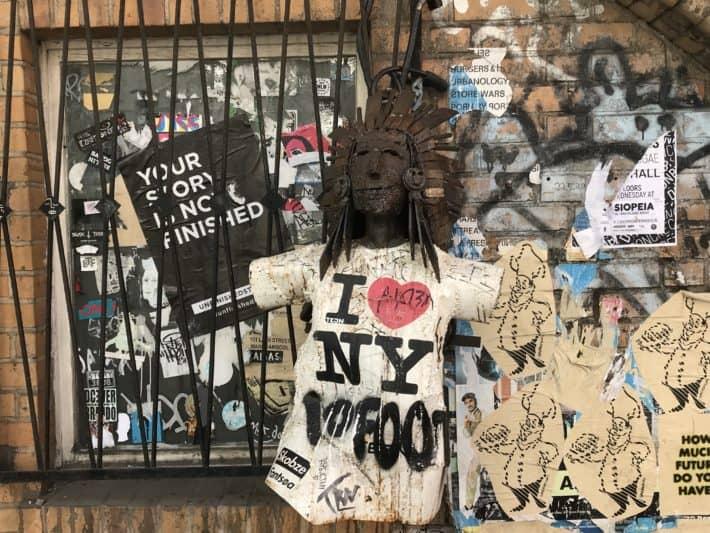 Streetart, Berlin, Skulptur, Sticker, vergittertes Fenster, S Bahnbogen