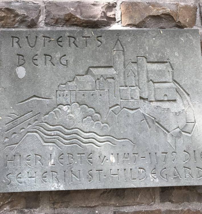 Binger Hildegardweg, Tafel über den Rupertberg, Gedenktafel, Bingen am Rhein