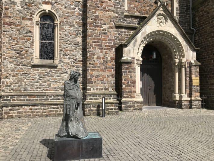 Binger Hildegardweg, Pfarrkirche St. Rupertus und St. Hildegardis, Skulptur Hildegard von Bingen