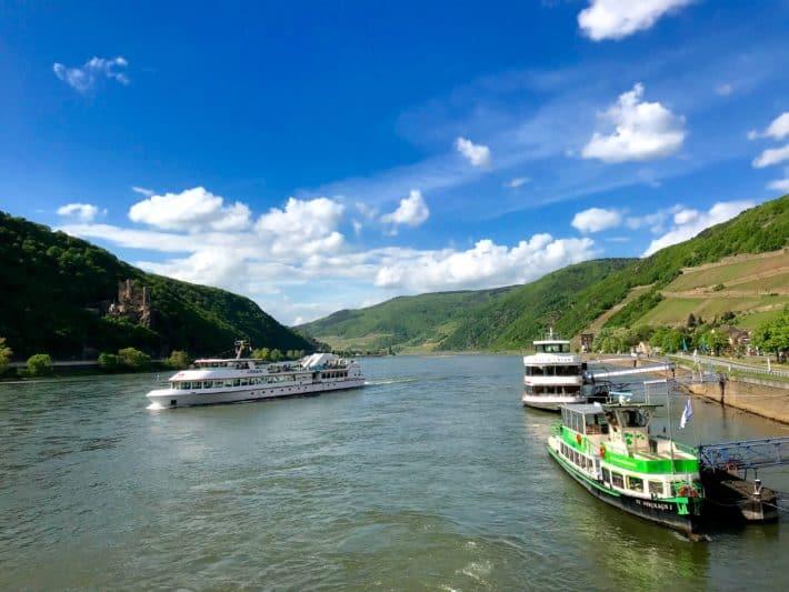 Rüdesheimer Hildegardweg, Fahrt über den Rhein, Schiffe, Blauer Himmel