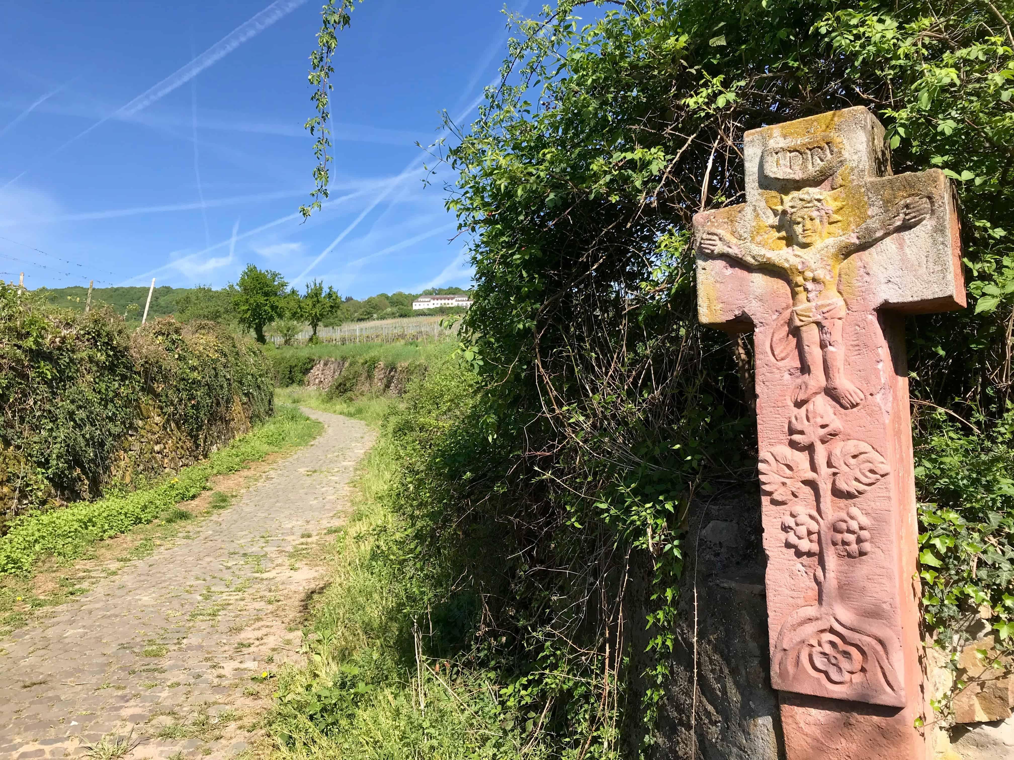 Rüdesheimer Hildegardweg, Wanderweg, Wegführung, Kreuz, Weinberge, Natur, blauer Himmel