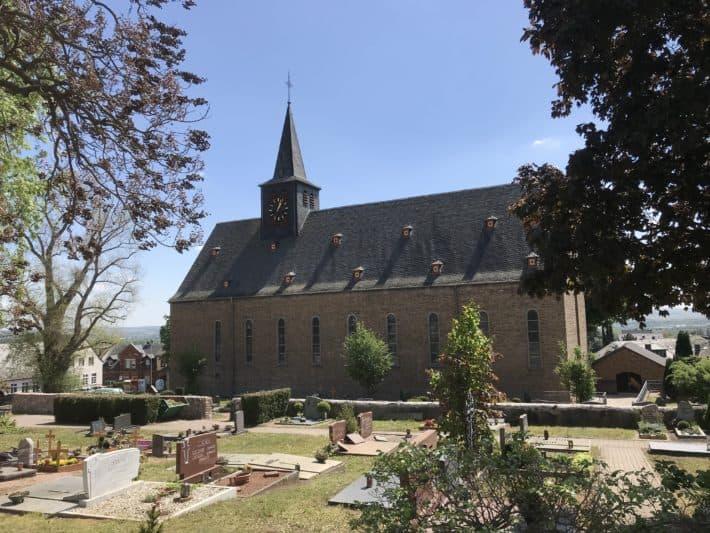 Wallfahrtskirche in Eiblingen, Foto von außen mit Friedhof